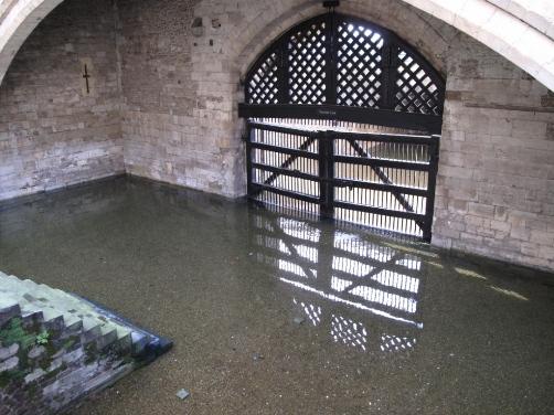 Второй вход в лондонский Тауэр – это «Ворота предателей» (Traitor's Gate), когда-то обвиняемых в государственных преступлениях подвозили на лодках к этим водным воротам и заставляли подниматься по ступенькам к месту своего заключения..
