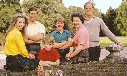 Семья Елизаветы II. 1972 год Слева направо Анна, Чарльз, Эдуард, Эндрю, Елизавета, Филипп