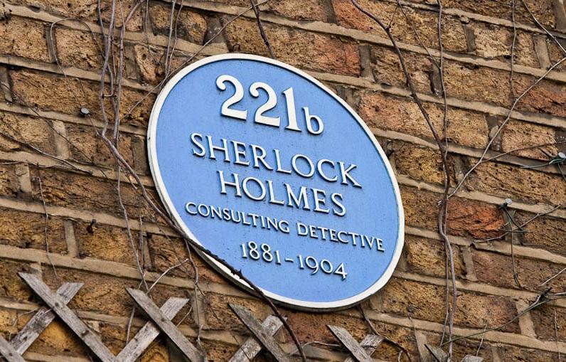 Табличка с надписью о том что здесь проживал Шерлок Холмс