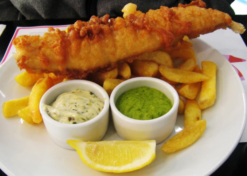 Знаменитое блюдо из кусочков рыбы с картошкой -«fish-and-chips»