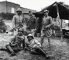 Редьярд Киплинг (в первом ряду справа) среди военных корреспондентов в Южной Африке.