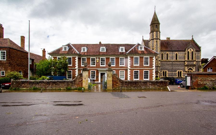 Сарумский колледж (Sarum College) в здании 1682 года, предназначенном первоначально для вдов священников