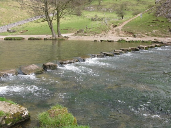 Каменистая переправа через реку Дав